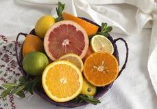 Cesta de fruta en una toalla Fotos de archivo