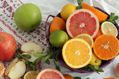 Cesta de fruta en una toalla Imagenes de archivo