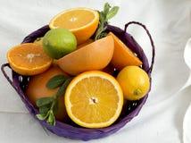 Cesta de fruta en una toalla Imagen de archivo libre de regalías