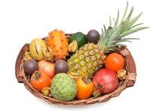 Cesta de fruta, frutas mezcladas fotografía de archivo