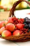 Cesta de fruta no indicador imagens de stock