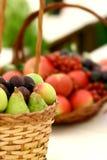 Cesta de fruta no indicador foto de stock