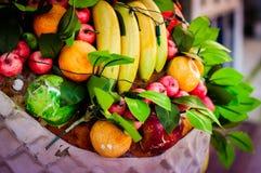 Cesta de fruta ornamental en Front Of un restaurante Foto de archivo