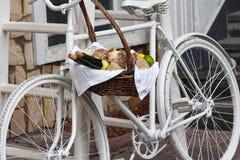 Cesta de fruta vieja de la bicicleta y del mimbre Imágenes de archivo libres de regalías