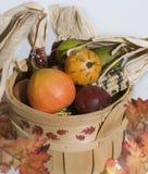 Cesta de frutas Imagem de Stock