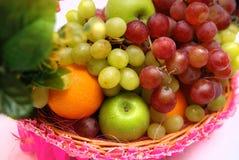 Cesta de frutas Imágenes de archivo libres de regalías