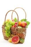 Cesta de frutas frescas Foto de archivo