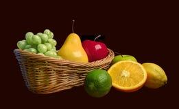 Cesta de frutas frescas clasificadas Imagen de archivo libre de regalías