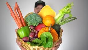 Cesta de frutas orgánicas frescas y de verduras naturales en manos del granjero sonriente almacen de video