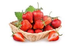 Cesta de frutas rojas de la fresa Fotografía de archivo