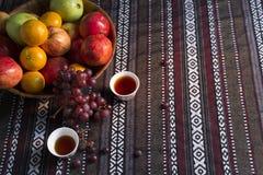 Cesta de fruto com copos de chá em uma barraca árabe Fotos de Stock Royalty Free