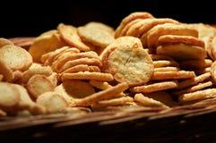 Cesta de galletas dulces Foto de archivo