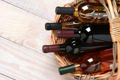 Cesta de garrafas de vinho Imagens de Stock
