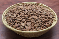 Cesta de habas crudas del cacao Imagen de archivo libre de regalías