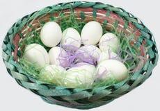 Cesta de huevos blancos en Pascua Fotos de archivo