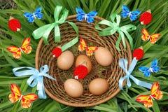 Cesta de huevos de Pascua Imagen de archivo libre de regalías