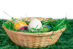 Cesta de huevos de Pascua Fotos de archivo
