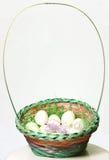 Cesta de huevos de Pascua blancos, aislada Fotografía de archivo libre de regalías