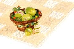 Cesta de huevos de Pascua en el placemat Fotos de archivo