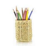 Cesta de lápis coloridos no fundo branco Fotografia de Stock Royalty Free