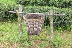 Cesta de la basura hecha de bambú Fotos de archivo