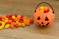 Cesta de la calabaza de Halloween por completo de caramelos Imagenes de archivo