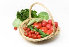 Cesta de la col de los pepinos de los tomates Imágenes de archivo libres de regalías