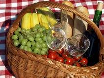 Cesta de la comida campestre Fotografía de archivo libre de regalías