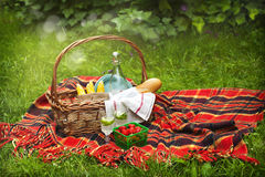Cesta de la comida campestre con las bayas, la limonada, el maíz y el pan Imagenes de archivo