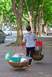 Cesta de la comida del vendedor que lleva en Hanoi Vietnam fotos de archivo
