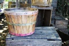 Cesta de la cosecha de la fruta y cajones de madera Imagen de archivo libre de regalías