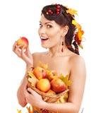 Cesta de la explotación agrícola de la muchacha con la fruta. Foto de archivo libre de regalías