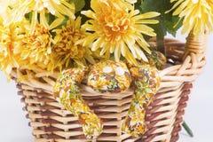 Cesta de la flor con la rana hecha a mano. Foto de archivo