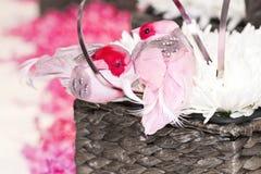 Cesta de la flor de Pascua con los pájaros Foto de archivo