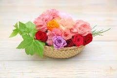 Cesta de la flor en un fondo de madera Fotografía de archivo libre de regalías