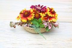 Cesta de la flor en un fondo de madera Foto de archivo