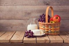 Cesta de la leche, del queso y de fruta en la tabla de madera Celebración judía de Shavuot del día de fiesta Fotos de archivo libres de regalías