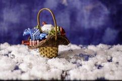 Cesta de la Navidad con los chocolates en la nieve Fotos de archivo