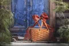 Cesta de la Navidad en el umbral fotografía de archivo