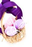 Cesta de la paja con los huevos de Pascua tradicionales Fotos de archivo