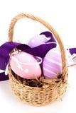 Cesta de la paja con los huevos de Pascua tradicionales Foto de archivo libre de regalías