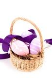 Cesta de la paja con los huevos de Pascua tradicionales Imagenes de archivo