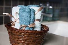 Cesta de la toalla Imagen de archivo libre de regalías