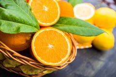Cesta de laranjas maduras Imagem de Stock