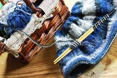 Cesta de las lanas y de las agujas que hacen punto Fotografía de archivo libre de regalías