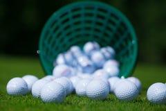 Cesta de las pelotas de golf Imágenes de archivo libres de regalías