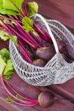 Cesta de las remolachas cosechadas frescas, remolachas con las hojas Foto de archivo