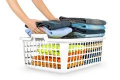 Cesta de lavadero con ropa plegable imágenes de archivo libres de regalías