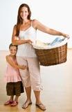 Cesta de lavadero de la explotación agrícola de la madre con la hija cerca imagen de archivo libre de regalías