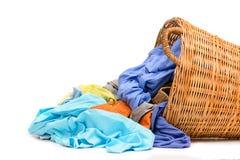 Cesta de lavadero de mimbre llena aislada Imágenes de archivo libres de regalías